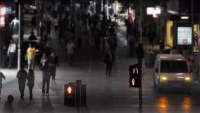 Trafikljus räknar ner i fullsatt gata på natten lager videofilmer