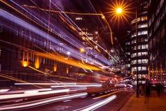 Trafikljus skuggar i stad av London på natten arkivfoto