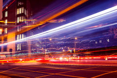Trafikljus skuggar på natten på den upptagna stadsgatan royaltyfria foton