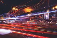 Trafikljus skuggar på vägen på natten i stad arkivfoto