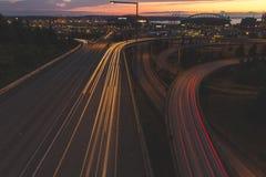 Trafikljus som gör strimmig ner vägar i Seattle, Washington Fotografering för Bildbyråer