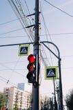 Trafikljusen och gatatecknet arkivbilder