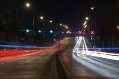 Trafikljusslingor i modern stad på natten Arkivfoton