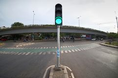 Trafikljusvisningklartecken på genomskärningen royaltyfri fotografi
