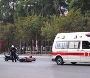 Trafikolycka som gäller en sparkcykel Fotografering för Bildbyråer