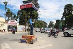 Trafikpolisen med maskeringar i Katmandu Royaltyfri Fotografi