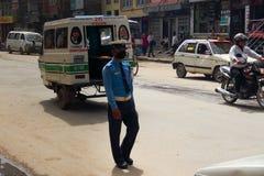 Trafikpolisen med maskeringar i Katmandu Royaltyfri Bild