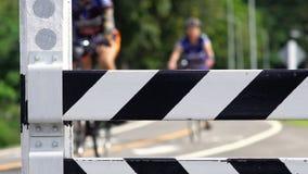 Trafikpollare för cykelgränd stock video