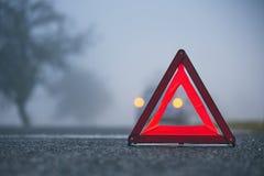 Trafikproblem i tjock dimma arkivfoton