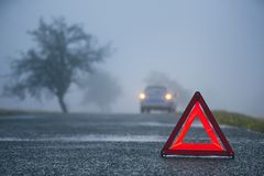 Trafikproblem i tjock dimma royaltyfria foton