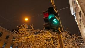 Trafiksignalljus ändrar från gräsplan till rött på natten 4k UHD arkivfilmer