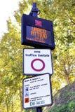 Trafikskyddsområde undertecknar in Lucca, Italien arkivfoton