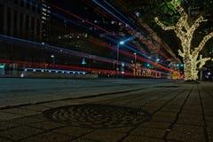 Trafikslingaljus - långt exponeringsfotografi för natt arkivfoto
