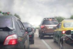 Trafikstockning av bilar, smogförorening på vägen, suddighetsbild arkivfoton