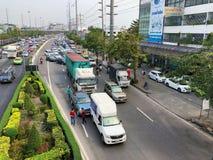 Trafikstockning därför att en trafikolyckalastbil med bilen för två uppsamling Royaltyfri Foto