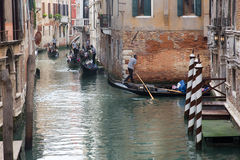 Trafikstockning för gondoler i Venedig, Italien Royaltyfria Bilder