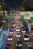 Trafikstockning i Bangkok på natten Arkivbild