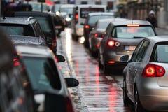 Trafikstockning i den regniga staden Arkivfoto
