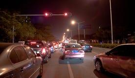 Trafikstockning i Shenzhen på natten Arkivfoto