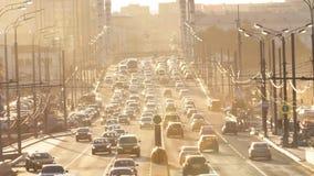 Trafikstockning i staden på solnedgången Tid schackningsperiod stock video