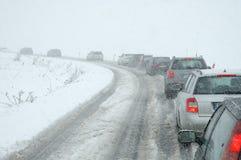 Trafikstockning i tungt snöfall på bergvägen Royaltyfri Bild