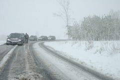 Trafikstockning i tungt snöfall på bergvägen Fotografering för Bildbyråer