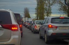 Trafikstockning med rad av bilar på huvudvägen under rusningstid royaltyfria bilder
