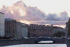 Trafikstockning på den härliga lilla bron med en solnedgång Historisk mitt av St Petersburg Arkivbild