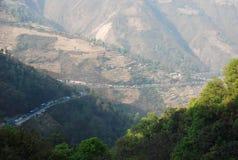 Trafikstockning p? den huvudsakliga huvudv?gen l?ngs v?gen fr?n Katmandu till Pokhara, Nepal arkivfoto
