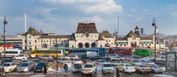 Trafikstockning på den Vladivostok järnvägsstationen Arkivbilder