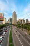 Trafikstockning på en modern stad i rusningstid Arkivbilder