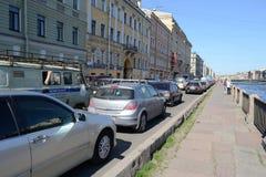 Trafikstockning på Fontanka kanalinvallning Arkivbild