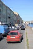 Trafikstockning på Fontanka kanalinvallning Arkivbilder