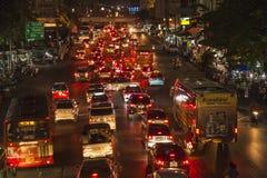Trafikstockning på huvudvägen i Bangkok på natten Fotografering för Bildbyråer