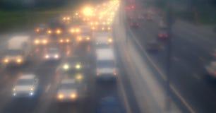 Trafikstockning på huvudvägen i dimman Royaltyfri Bild