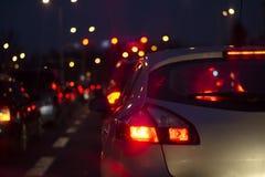 Trafikstockning på natten i en storstad suddighet bakgrund royaltyfri fotografi
