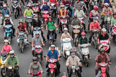 Trafikstockning - sparkcykel i asiatisk stad Arkivfoton