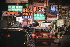 Trafikstockningar i det Mong Kok området på natten Arkivbilder