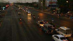 Trafikstockninggenomskärning på aftonen till natten arkivfilmer