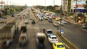 Trafikstockninggenomskärning på aftonen till natten lager videofilmer
