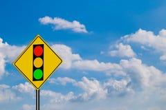 Trafiktecken, av rött ljus på himmelbakgrund Royaltyfri Bild