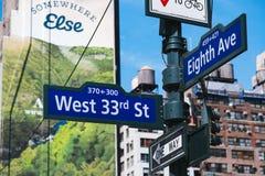 Trafiktecken för västra 33rd gata och för åtta aveny, New York City, Förenta staterna royaltyfria foton