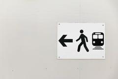 Trafiktecken: Gångareväg och buss Royaltyfri Foto