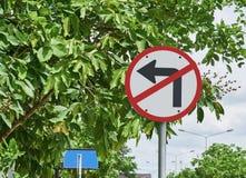 Trafiktecken, ingen vänd som lämnas på trädbakgrund Arkivfoton