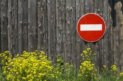 Trafiktecken inget tillträde på en trävägg Arkivfoto