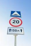 Trafiktecken maximal hastighetsbegränsning, konstgjord unevenness Arkivbilder