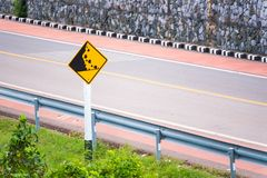 Trafiktecken på en sjösidaväg thailand royaltyfri fotografi