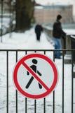 Trafiktecken som förbjuder fot- trafik kränkningen av ett vägmärke förbjudas till folk i kränkningen av lagen är folket arkivbild