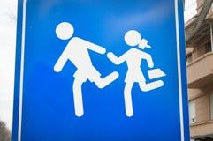 Trafiktecken som indikerar att du lämnar området av lekplatser för barn` s royaltyfria bilder