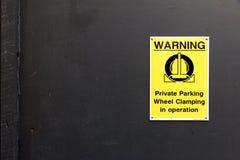 Trafiktecken: Varning - privat parkering Royaltyfri Bild